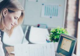 Visar ekonomiassistent i kontorsmiljö