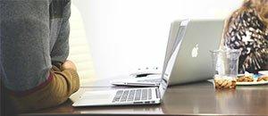 Bilden visar en datorskärm i ett mötesrum