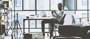 Bilden visar en GO mobilanvändare på ett kontor