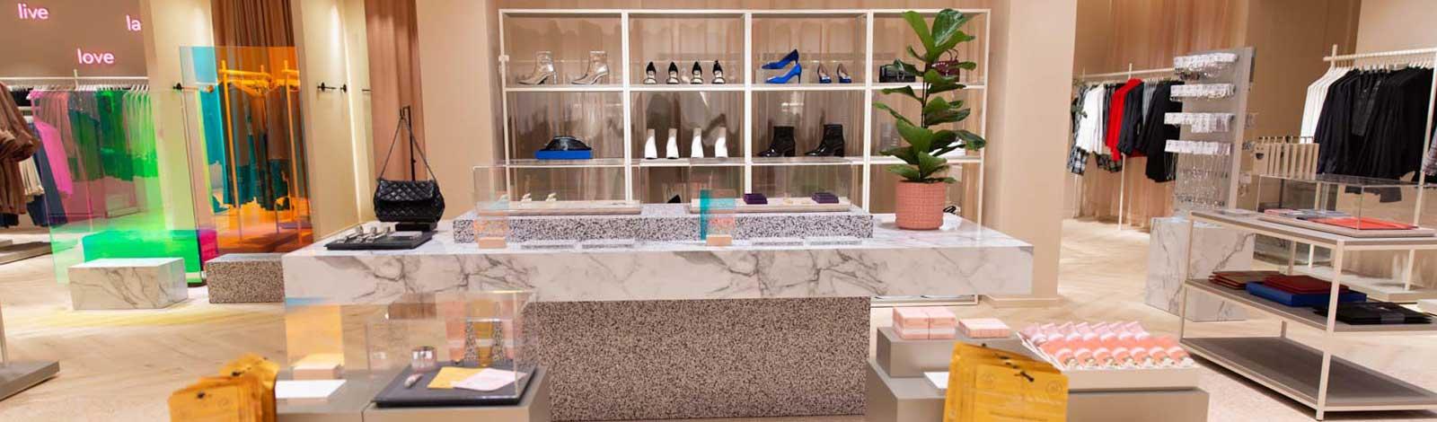 Bilden visar en butiksinredning från Gina Tricot