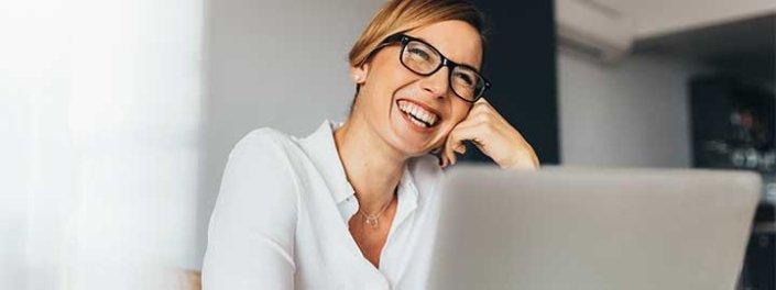 Affärskvinna jobbar i TeleProffs SelfService