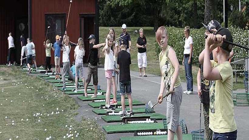 Bilden visar barn som spelar golf