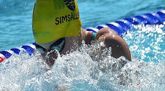 Kvinna som simmar i vatten